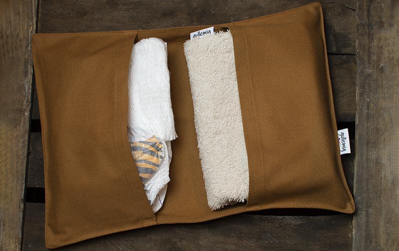 Blöjfodral till skötväska med frottéskydd för ett trevligare blöjbyte på allmänna skötbord.